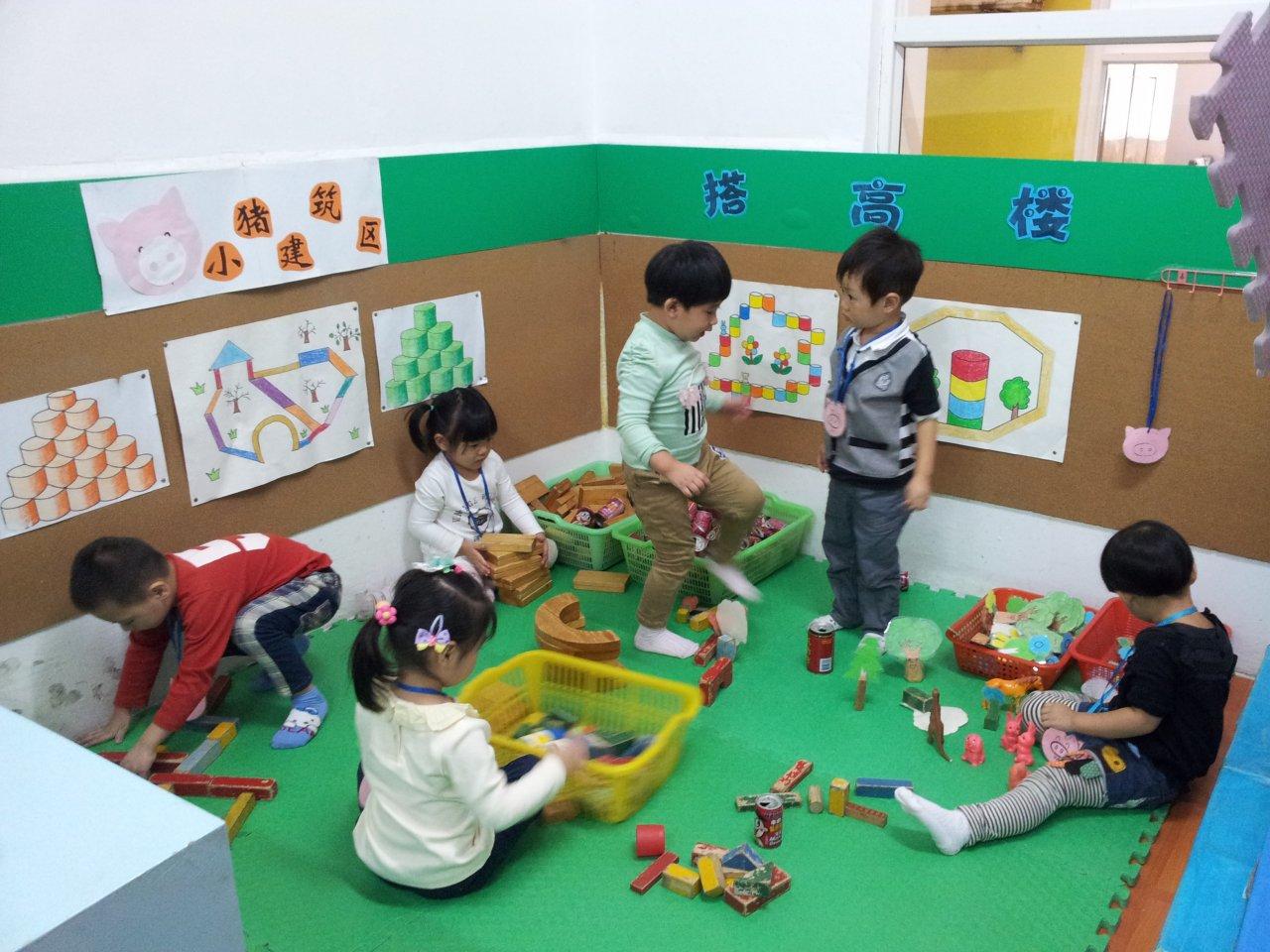 我们的活动室里有好多的区角游戏:喂小动物,铺小路,小小建筑师……小